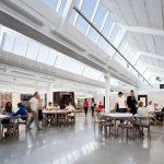 In den Gemeinschaftsbereichen (hier der zentrale Platz) haben die Architekten den Raum geöffnet. Über die neuen Oberlichter fällt jede Menge Tageslicht ein. Die Schüler nehmen diesen Raum gerne an.