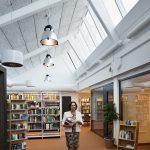 Auch in der Bibliothek fällt Licht von oben ein. Man kann den Himmel sehen und weiß stets, welche Tageszeit es ist. Gleichzeitig können sich die Schüler aufs Arbeiten konzentrieren; die Schüler sind aktiver als früher.