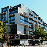 Das Paragon mit dreidimensional wirkender Fassade aus Balkonen unterschiedlicher Tiefen bietet mit seinen 217 Mietwohnungen eine moderne Wohnvielfalt in der Danziger Straße.