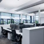 Die flexible, projektspezifische Anordnung der Arbeitsinseln erforderte ein ebenso flexibles Beleuchtungskonzept, das mit Sehleuchten realisiert wurde.