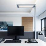 Die LED-Stehleuchte LAVIGO von Waldmann integriert sich mit ihren klaren Linien in das Bürokonzept der Drahtler Architekten.