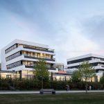 Der Gebäudekomplex SWAN liegt wie eine Yacht am Ufer des Dortmunder Phönix-Sees.