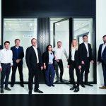 """Das Fassaden-Team von Schüco freut sich über den Award """"Red Dot: Best of the Best 2017"""": (v.l.) Kathrin Borch, Pascal Ventker, Jürgen Meyer, Martin Ewendt, Sarah Jukes, Philip Kortekamp, Faye Wegener, Hendrik Pahlsmeyer und Tobias Sander."""
