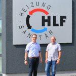 """HLF-Geschäftsführer André Stagge (rechts) und EMPUR Fachberater Matthias Lippes (links) sind sich einig: """"Für Terminbaustellen ist die Kletttechnik bei einer Fußbodenheizung ideal, denn sie spart ausführenden Fachhandwerksbetrieben Zeit und gewährleistet"""
