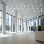 In harmonischer Abstimmung auf das helle Naturstein-Interieur der repräsentativen Taunusturm-Lobby wurde die Sockelverblendung der Massivstein-Empfangstheke in Limara-BlendStone® ausgeführt.
