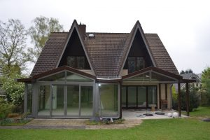 Das 1996 erbaute Einfamilienhaus in Gehrden erhielt einen neuen Wintergarten sowie eine Fußbodenheizung für das gesamte Erdgeschoss und eine neue Gas-Brennwert-Heizanlage.