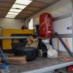 Das CUT-THERM-Montageteam bringt u.a. den eigenen Kompressor und eine leistungsstarke Absauganlage mit zur Baustelle: eine saubere Sache und es entstehen während der Fräsarbeiten keine Stromkosten für die Kunden.