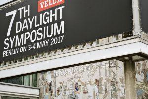 """Beim 7. Daylight Symposium im Café Moskau in Berlin konnten 360 Teilnehmer zwei Tage lang interessanten Vorträgen und Diskussionen zum Thema """"Gesunde & klimafreundliche Architektur – vom Wissen zur Praxis"""" besuchen."""