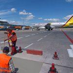 Der Flughafen Köln-Bonn setzte auf ChronoCem IR und ließ vier stark geschädigte Flächen im Roll- und Vorfeldbereich sanieren. Dreieinhalb Stunden lang wurde betoniert – und bereits wenige Stunden später rollten die ersten Flugzeuge sowie Fahrzeuge über di