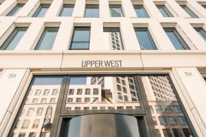 Beim Innenausbau des 118 m hohen UPPER WEST Turmensembles am Beginn des Berliner Kurfürstendamms konnten durch die akzentuierte Verwendung hochwertiger Hybrid-Naturstein-Elemente von Grama Blend auf ästhetisch ansprechende Art gewichtsoptimierte und revis
