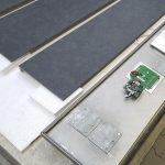 Geringes Gewicht, geringe Bauhöhe, eine perfekte Naturstein-Oberfläche und ein hochfunktionales Innenleben (hier die Magnethalteplatten und die LED-Einheit der Leuchtanzeige) zeichnen die maßgenau gefertigten BlendStone®-Elemente und Komponenten aus – nic