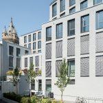 Die ruhige Hofseite mit Begrünung, Terrassen und Skyline-Blick bietet einige der attraktivsten Wohnungen inmitten der Frankfurter Innenstadt (Fenstersysteme: Schüco AWS 75.SI).