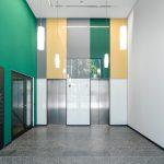Einer der beiden separaten Eingangsbereiche zu den Büros (Türsysteme zu den Treppenräumen: Schüco ADS 75.SI).