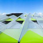 Kreativ in der 2. Fassadenebene: farbige Fassadenmembran Stamisol Color Geissblatt unter einer perforierten Aluminiumbekleidung