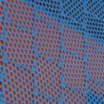 Kreative Multilayer-Fassade: farbige Fassadenmembran Stamisol Color Rot unter Metallfassade mit ca. 50% Öffnungsanteil