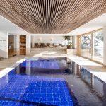 Wohlfühlambiente pur: Helle Fliesen und Holz bilden eine harmonische Einheit und beziehen den Außenraum mit ein.