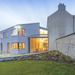 Im Jahr 2009 entdeckte die irische Familie Jordan ein fast 300 Jahre altes Bauernhaus, das sich in desolatem Zustand befand. Nach längeren Absprachen mit dem Kildare County Council, der das Gebäude kurzerhand unter Denkmalschutz stellte, wurde beschlossen