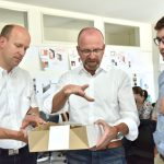 Diskussion zu den Entwürfen: v.l.n.r.: Klaus Grießhammer, Technik; Thorsten Zwenzner, Leiter Produktmanagement Office Furniture Systems; Maximilian Wies, Produktmanagement