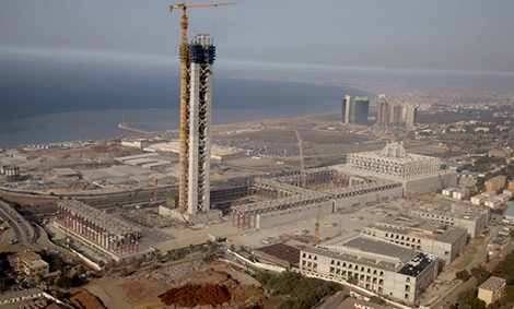Die Djamaâ El Djazaïr Moschee entsteht nahe dem historischen Stadtteil Mohammadia entlang der Bucht von Algier an der Mittelmeerküste.