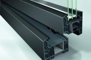 Fensterelement Schüco LivIng mit grauem Grundkörper im Farbton SAF-DB 703 der Oberflächentechnologie Schüco AutomotiveFinish.
