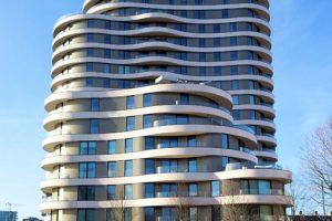 Die beiden Gebäude des Riverwalk Wohnkomplexes besteht aus jeweils sieben und siebzehn Stockwerken, auf denen sich 116 hochwertige Zwei-, Drei-, Vier- und Fünfzimmerwohnungen sowie Penthäuser befinden.