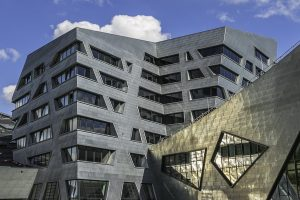 Ästhetik und Funktionalität: Das dimmbare Glas von EControl (Plauen) passt perfekt zur asymmetrischen Bauweise des Stararchitekten Daniel Libeskind. Insgesamt wurden 426 Scheiben verbaut.