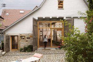 Durch den denkmalgerechten Umbau der baufälligen Scheune entstand ein lichtdurchflutetes Atelier mit besonderem Charme.
