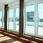 Blick aus einem der fünf Penthouse Apartments mit Dachterrasse. Raumseits sind die Profile der Fenstertüren neutral gehalten (System Schüco Corona SI 82).