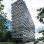 Das Objekt Lyoner Straße 30 in Frankfurt a. M. vor dem Umbau: Bodentiefe Fenstertüren verleihen dem Gebäude das Aussehen eines modernen Apartmenthauses.