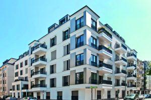 Modernes Wohngebäude mit nachträglich angehängten Balkonen.