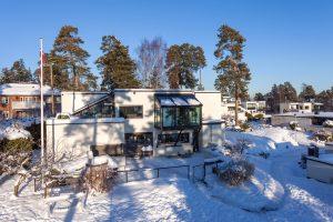 Der Wintergarten ist vor das 1. OG des Haupthauses gesetzt; die Lasten werden über schräge Stützen auf die Grundmauer abgetragen (System Schüco CMC 50 mit SageGlass® Blau im Dachbereich).