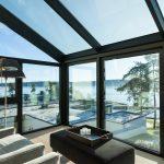 Ansicht ungetöntes Glas: Für die manuelle Lüftung wurde beidseitig jeweils ein öffenbares Fensterelement integriert (Schüco AWS 75.SI).