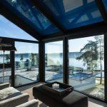 Ansicht getöntes Glas: Für die manuelle Lüftung wurde beidseitig jeweils ein öffenbares Fensterelement integriert (Schüco AWS 75.SI).