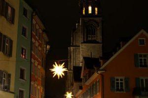 Architektonischer Mittelpunkt von Konstanz: In wenigen Wochen wird die Weihnachtsbeleuchtung wieder den Weg zum Münster weisen.