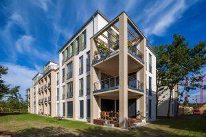 Wohnungsneubau am Potsdamer Volkspark mit detailreich gegliederter Fassade und bewusst eingesetzter Farbigkeit. Die ausdrucksstarke Gebäudestruktur führt Potsdamer Bautraditionen in einer zeitgemäßen und sachlich-klaren Formensprache fort.