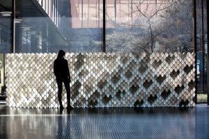 Der Acoustic Brick von REHAU wird in frei wählbarer Anzahl und Form in einer Akustikwand angeordnet