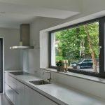 """Sämtliche Böden- und Oberflächenfarben wurden mit der Pulverbeschichtung """"tiger greybrown"""" der Fensterprofile abgestimmt."""