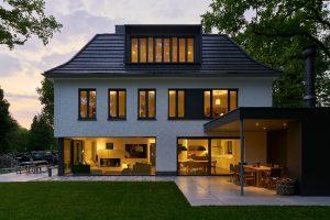 Vollständig von raumhohen Glasflächen umschlossen, werden in dem zum Garten ausgerichteten Wohnraum alle Jahreszeiten intensiv erlebbar.