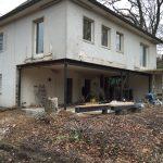 Ansicht vor (links) und nach dem Umbau: Die raumhohen Glasflächen heben die Trennung zwischen Wohnraum und Garten optisch nahezu vollständig auf (Schüco AWS 75.SI).