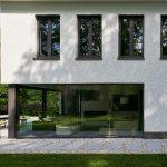 Ansicht nach dem Umbau: Die raumhohen Glasflächen heben die Trennung zwischen Wohnraum und Garten optisch nahezu vollständig auf (Schüco AWS 75.SI).
