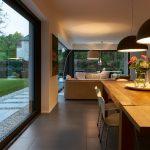Zwei 4,0 m x 2,34 m große Hebe-Schiebetüren führen aus dem Wohn- und Essbereich im EG zu den beiden Terrassen (Schüco ASS 70).