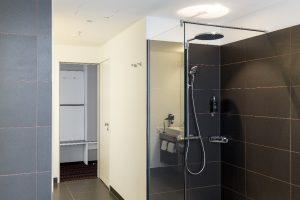 Ein Türelemente mit Doppelzarge für zwei Zugänge: Ist Tür zum separaten Raum mit dem WC geschlossenen bleibt der Zugang zum Bad geöffnet.