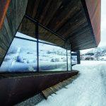Das Gebäudedesign von Invit Arkitekter will in Form und Materialauswahl auf die umliegende Bergwelt anspielen.