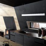 Im Gegensatz zum Materialmix der äußeren Hülle dominiert im Innenraum eine klassische Holzkonstruktion mit Verkleidungen aus naturbelassener und lackierter Fichte.
