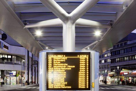 Da es keine feste Zuordnung der Busse zu Halteplätzen mehr gibt, erhielt der ZOB Rheine ein dynamisches Fahrgastinformationssystem mit digita-len Anzeigetafeln.