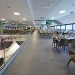Im Business-Lounge-Bereich ist auf zwei Stockwerken Platz für rund 2.000 Gäste. Ein edler Vinylbelag im Beton-Look verbindet die Ebenen.