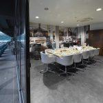 VIP-Loge in einladendem Ambiente mit passend zum Einrichtungsstil gewähltem Bodenbelag in Betonoptik.