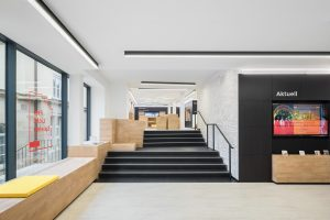 Treppe als Verbindungselement der beiden Verkaufsbereiche