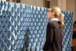 """Die acoustic brick wall RAUSONIC von REHAU ist ein zentrales Objekt der Ausstellung """"Klangwelten"""" in der Schweizer Baumuster-Centrale Zürich."""