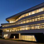 Nachts strahlt das Gebäude mit seiner LED-Lichttechnik Wohlbehagen aus.